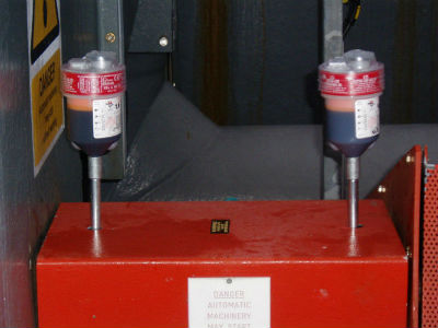 Two ats electro-lubers mounted on an extension rod at single points